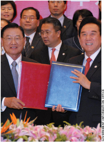 Chiang Pin-Kung, chairman of Taiwan's Straits Exchange Foundation (left) and Chen Yunlin, chairman of China's Association for Relations Across the Taiwan Strait, signed the Ecomomic Cooperation Framework Agreement in China this summer.