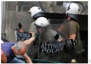Ένας διαδηλωτής ελληνική συγκρούσεις με τα ΜΑΤ στην Αθήνα τον Ιούνιο του 2011.