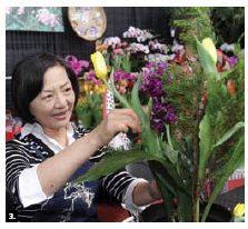 Rachel Wu, wife of the Taipei Economic and Cultural Office's representative, offers a floral arrangement demonstration. (Photo: Sam Garcia)