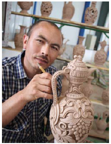 Master potter Kurban Turgun brings an old Uyghur tradition alive in a recently opened co-op factory. (Photo: Ülle Baum)