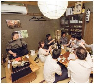 Customers can enjoy sake and food in a relaxed, inviting and comfortable atmosphere at an izakaya, quite often in the presence of its master or mistress. (Photo: /©Makoto Takagi)
