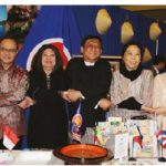 A tasting of authentic cuisine by the embassies of seven ASEAN countries took place at the Ottawa Travel and Vacation Show. Among the participants were Brunei High Commissioner PG Kamal Bashah PG Ahmad, Indonesian Ambassador Teuku Faizasyah, Malaysian High Commissioner Aminahtun Karim Shaharudin, Myanmar Ambassador Kyaw Myo Htut, Philippines Ambassador Petronila Garcia, Thai chargé d'affaires Dao Vibulpanich and Vietnamese Ambassador Nguyen Duc Hoa. (Photo: Ülle Baum)