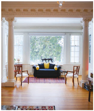 The drawing room features columns as well as this small nook to the side. (Photo: Ashley Fraser)
