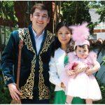 Olga Kamaldinova, wife of Kazakh Ambassador Akylbek Kamaldinov, hosted a Tusau Keser (cutting the fetters) ceremony and reception. This family — attaché-consul Aibat Akhtanov, his wife, Adina, and their daughter, Medina, in traditional Kazakh costumes — took part in the ceremony. ( Photo: Ülle Baum)