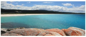 Empty beaches, sand dunes and maybe whales and dolphins are all on view in Bay of Fires, Australia. (Photo: Poco a poco)