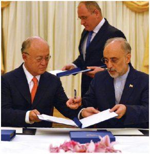 IAEA director general Yukiya Amano and Iranian Vice-President Ali Akhbar Salehi sign a roadmap for the clarification of past and present issues regarding Iran's nuclear program in Vienna. (Photo: D.Calma/IAEA)