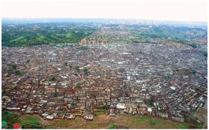 Nairobi, whose Kibera slum is pictured here, is growing at four per cent a year — faster than Houston, Cairo, Sào Paulo and Mexico City. (Photo: Schreibkraft)