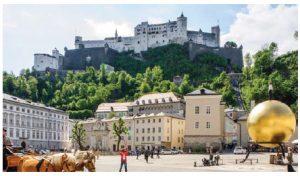 An overview of Kapitelplatz (Chapter Square) in Salzburg with Hohensalzburg Castle in the distance. (Photo: © Tourismus Salzburg GmbH, Photographer: Bryan Reinhart)