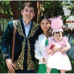 Olga Kamaldinova, wife of Kazakh Ambassador Akylbek Kamaldinov, hosted a Tusau Keser (cutting the fetters) ceremony and reception. This family — attaché-consul Aibat Akhtanov, his wife, Adina, and their daughter, Medina, in traditional Kazakh costumes — took part in the ceremony. ( Photo: Ülle Baum)