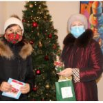 """Members of the Head of Missions Spouses Association (HOMSA) participated in the """"Sharing Hope Wishes 2021"""" project that raised money for Caldwell Family Centre. From left: Piret Lukk gives a candle as a present to Olga Kamaldinova, wife of Kazakh Ambassador Akylbek Kamaldinov. Kamaldinova gave a donation for Caldwell Family Centre. (Photo: Ülle Baum)"""