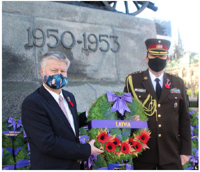 Latvian Ambassador Karlis Eihenbaums and Col. Agris Ozolins, Latvia's defence, military, naval and air attaché, pay their respects at the National War Memorial. (Photo: Ülle Baum)