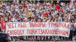 Belarusian officials have cracked down on pro-democracy protests to the point where anyone showing the white and red colours of the revolution can be fined or jailed. So far, 36,000 Belarusians have been arrested and penalized, according to the Belarusian Canadian Alliance. (Photo: Homoatrox / Serge Serebro, Vitebsk Popular News)