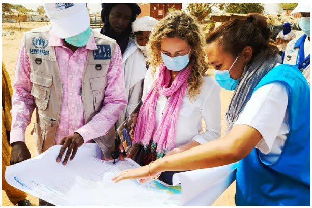 Author Dominique Hyde looks at plans for the construction of social housing and one-stop shops to assist and protect Malian refugees in the Tillabery region of Niger. (Photo: UNHCR)